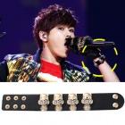 韓国アイドルINFINITE(インフィニット)のホヤが付けたスカルモチーフが印象的なレザーブレスレット