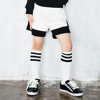 韓国子供服 ブラックとアイボリーの配色が素敵なシンプルでモダンな感じのハーフパンツ/男女兼用