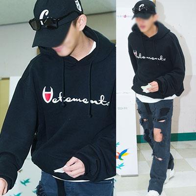 韓国人気俳優ユ・アインファッションスタイル!V刺繍ロゴオーバーサイズのフードパーカ(BLACK,GREY)