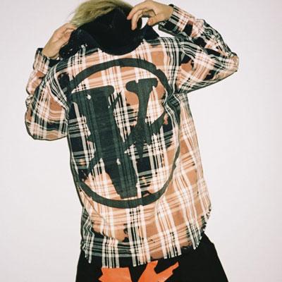 [UNISEX] スプレー[V]ロゴフードシャツ