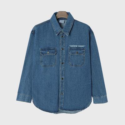 [UNISEX] フロントのロゴオーバーサイズのデニムシャツ