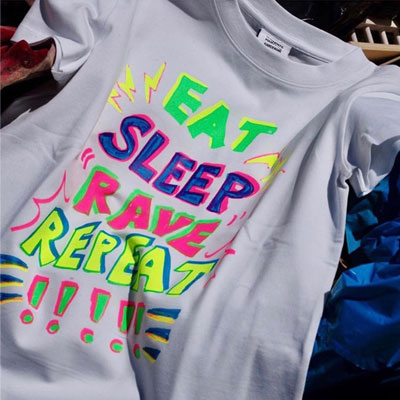 [UNISEX] EAT SLEEP RAVE REPEAT!!!!! Tシャツ/半袖 (2color)